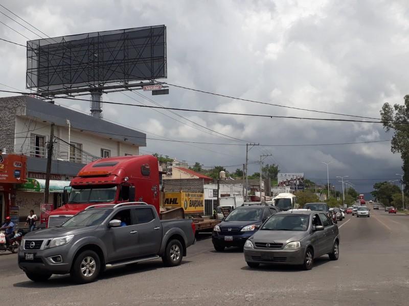 Caos vial por cierre carriles centrales boulevard Tepic-Xalisco