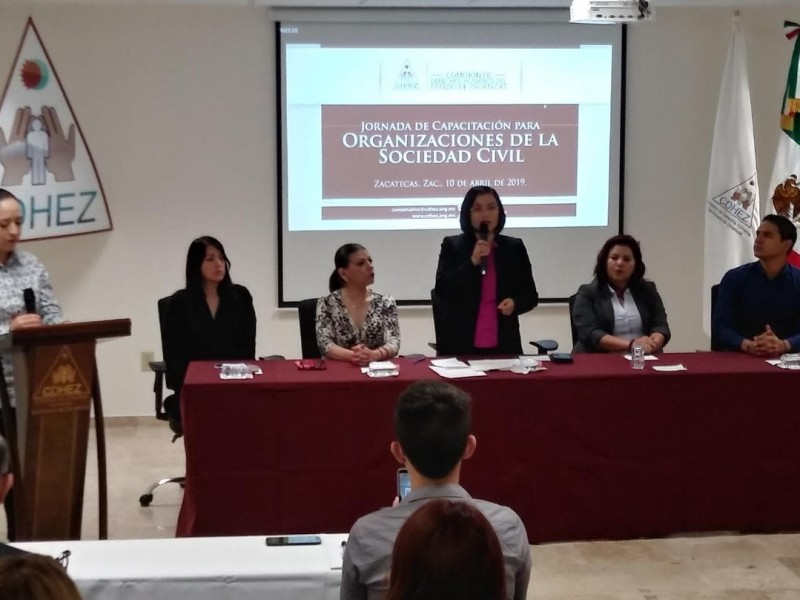 Capacitan a organizaciones civiles en derechos humanos