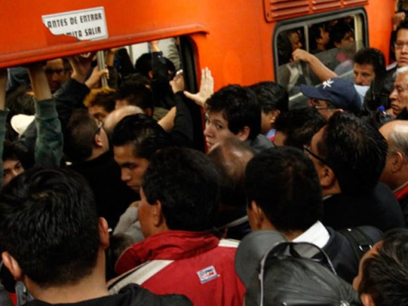Capitalinos soportan calor y aglomeraciones en el Metro