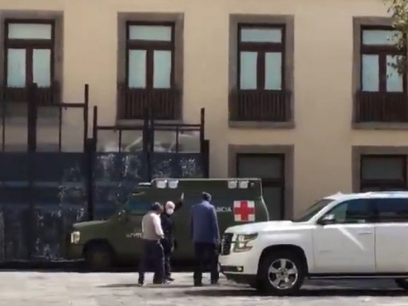 Video: AMLO reaparece con cubrebocas en patio de Palacio Nacional