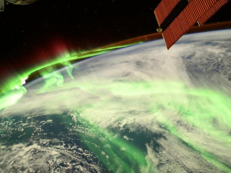 Captan sorprendente aurora polar bicolor desde el espacio