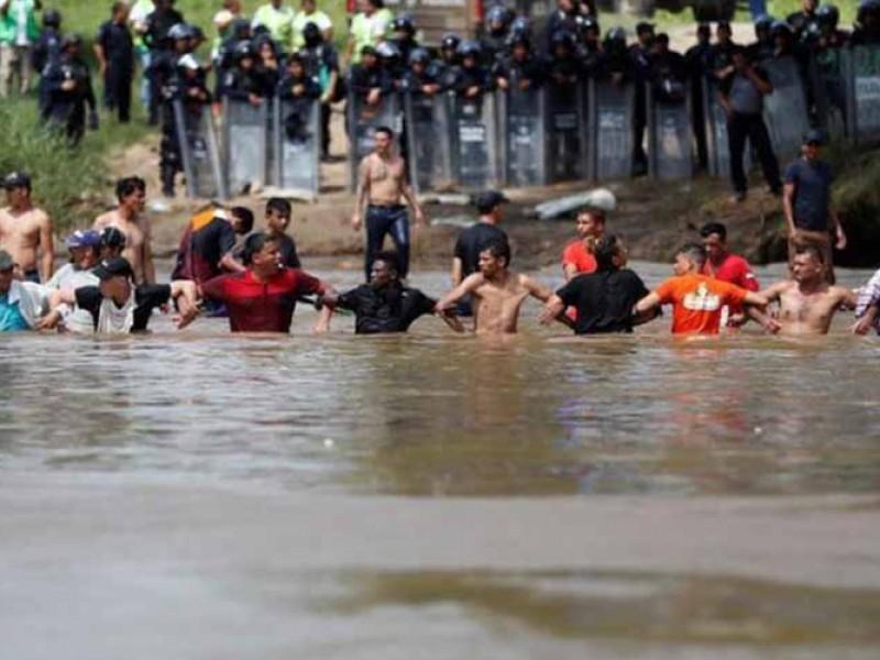 Caravana migrante intenta cruzar por el Río Suchiate