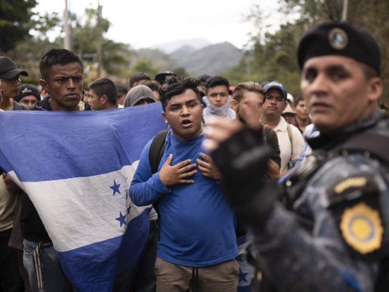 Caravana migrante rompe cerco de seguridad de Honduras a Guatemala