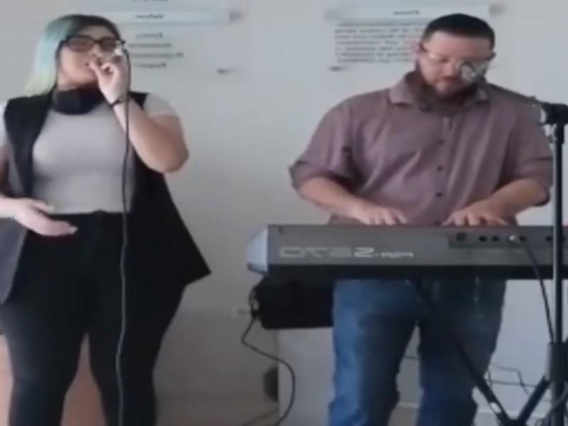 Carlos y Danna Hollman llevan su música al personal médico