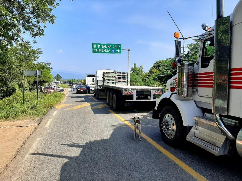 Carretera costera cumplirá 24 horas tomada, sin paso para Huatulco