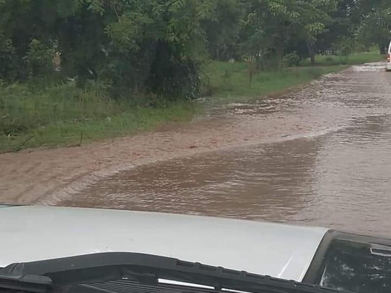 Carretera costera Las Varas-Zacualpan sufre inundaciones