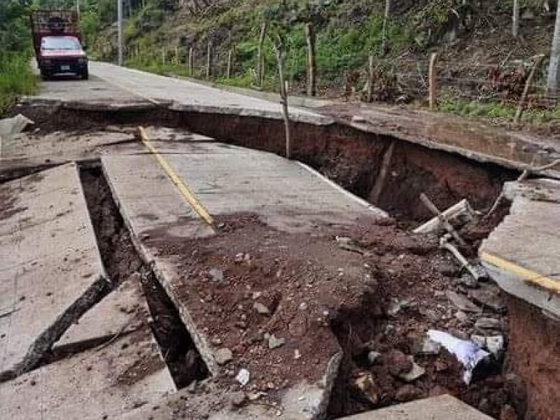 Carretera que fue inaugurada hace seis meses luce destrozada