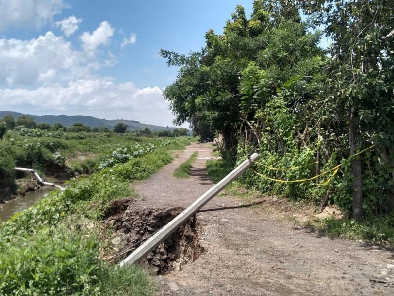 Casas dañadas y socavones por rehabilitación del canal