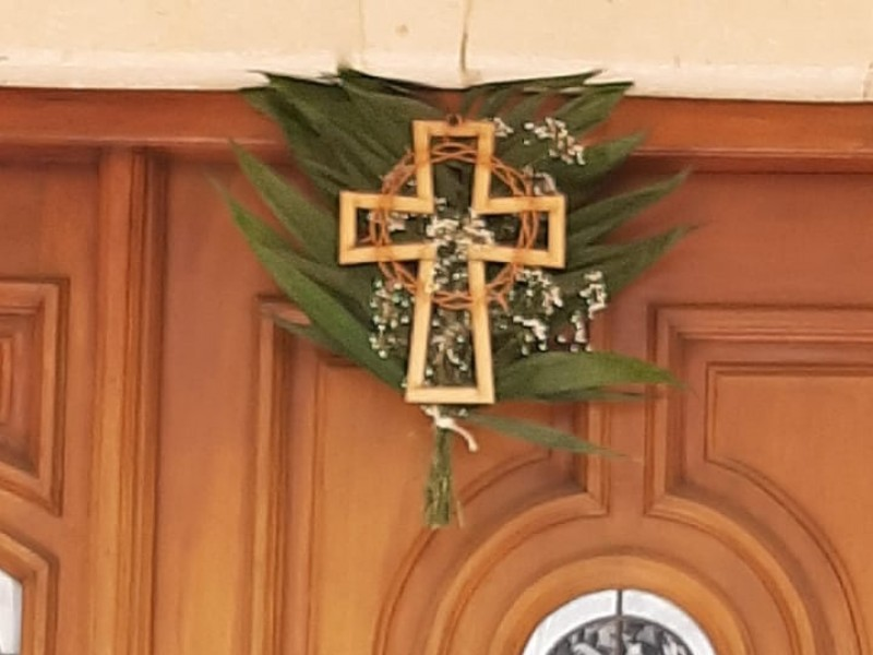 Católicos zacatecanos colocan ramos en puertas este domingo