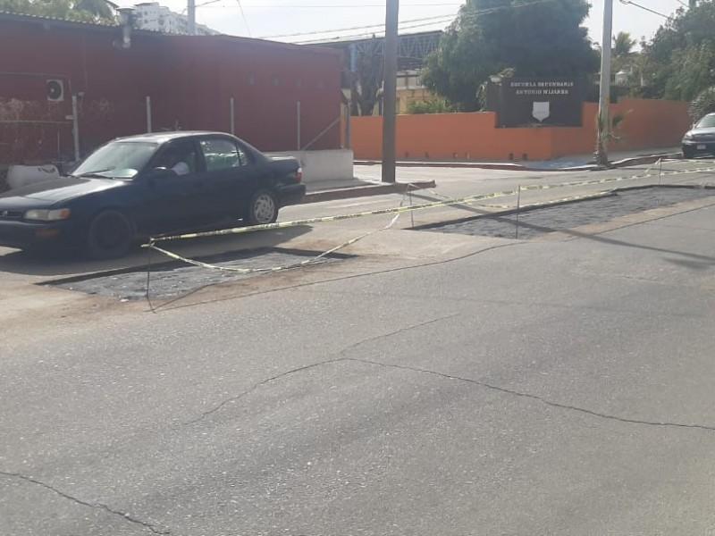 Reparaciones en calle Primero de Mayo, causan molestia a locatarios