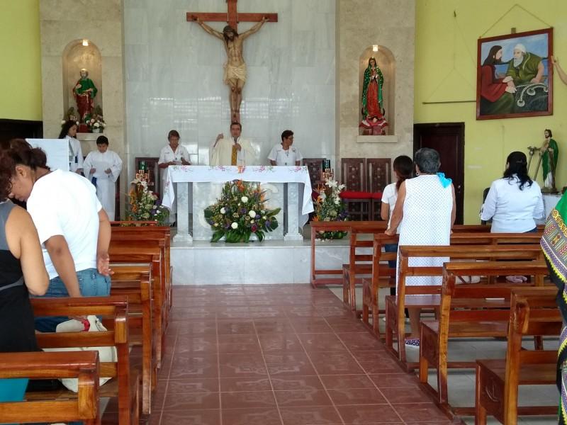 Celebran misa por fieles difuntos