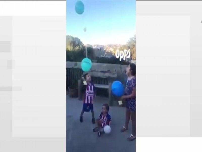 Celebran  niños a sus Papás con globos al cielo