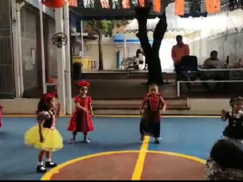 Celebran niños día de muertos