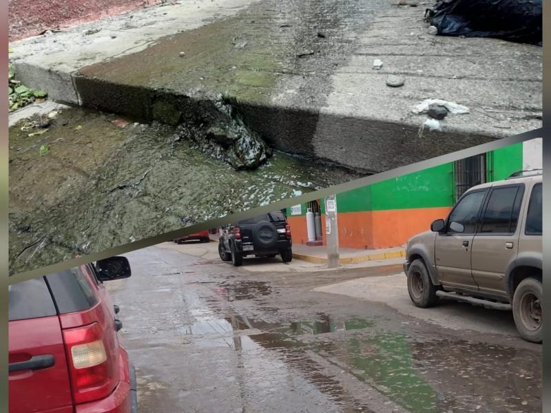 Centro de Tehuantepec entre fugas de drenaje y agua potable