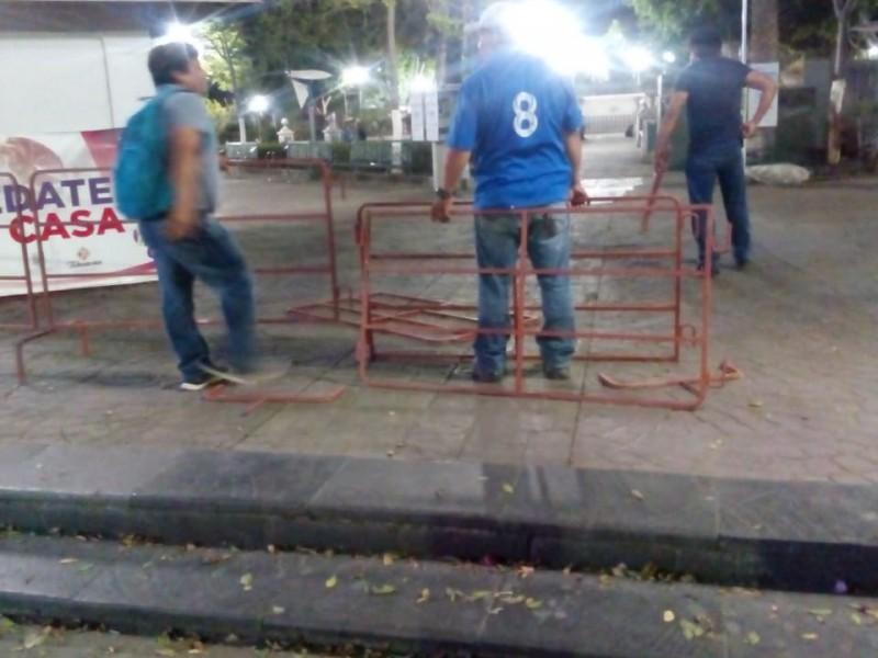 Cercan con vallas metálicas el Parque Juárez