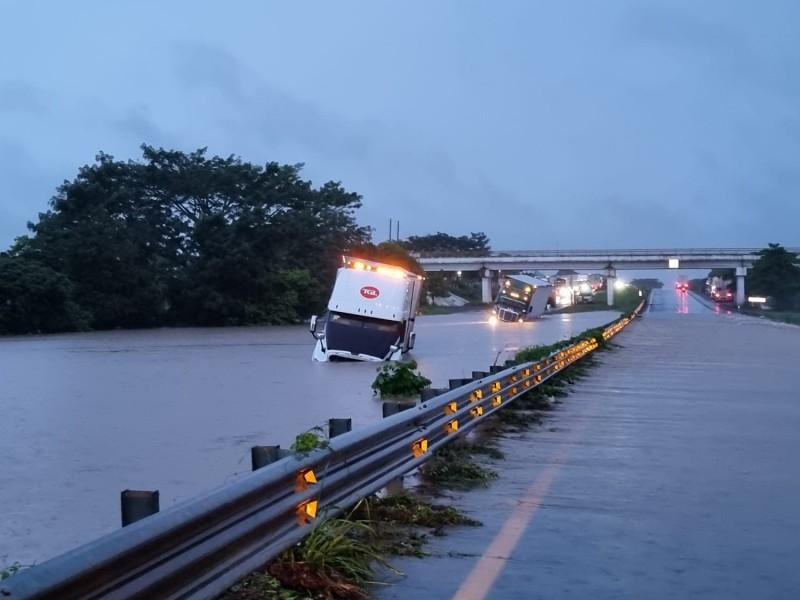 Cerrada carretera a Juan Rodríguez Clara por desbordamiento de río