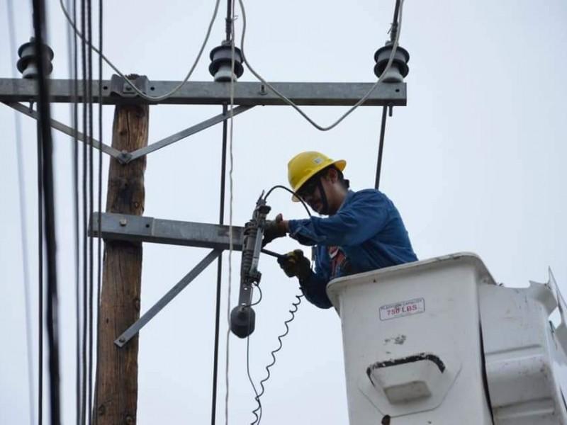 CFE continúa los trabajos de reestablecimiento de electricidad