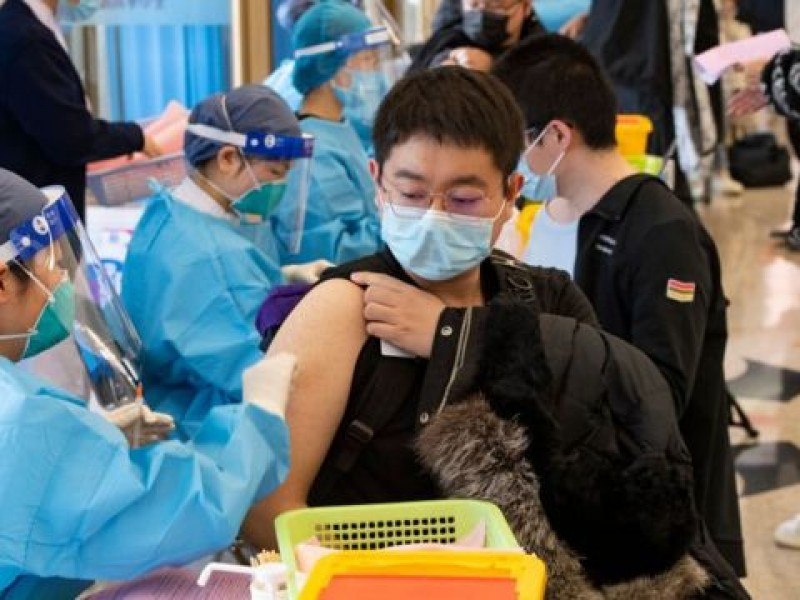 China supera mil millones de dosis anti Covid-19 ya administradas