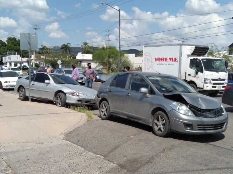 Choca camión urbano contra vehículos estacionados