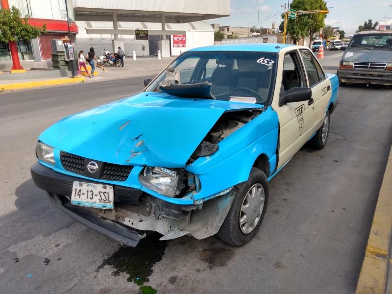 Choca taxi por alcance dejando daños materiales cuantiosos