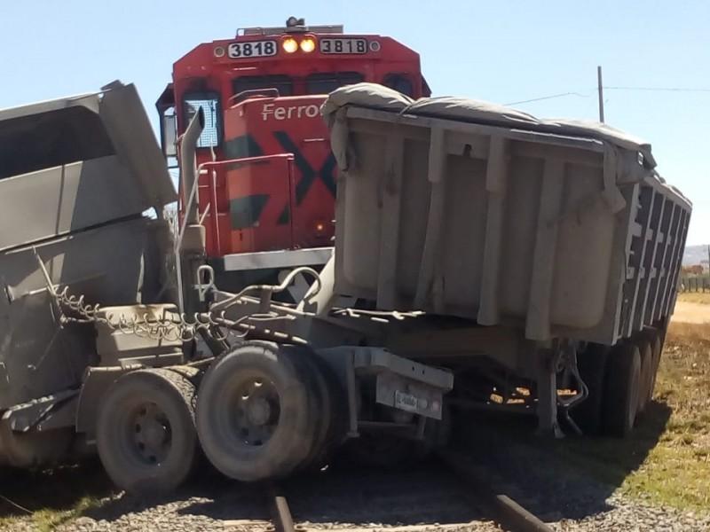 Choca tren contra trailer en Morelos
