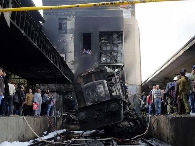 Choca y explota tren en Egipto; mueren 20