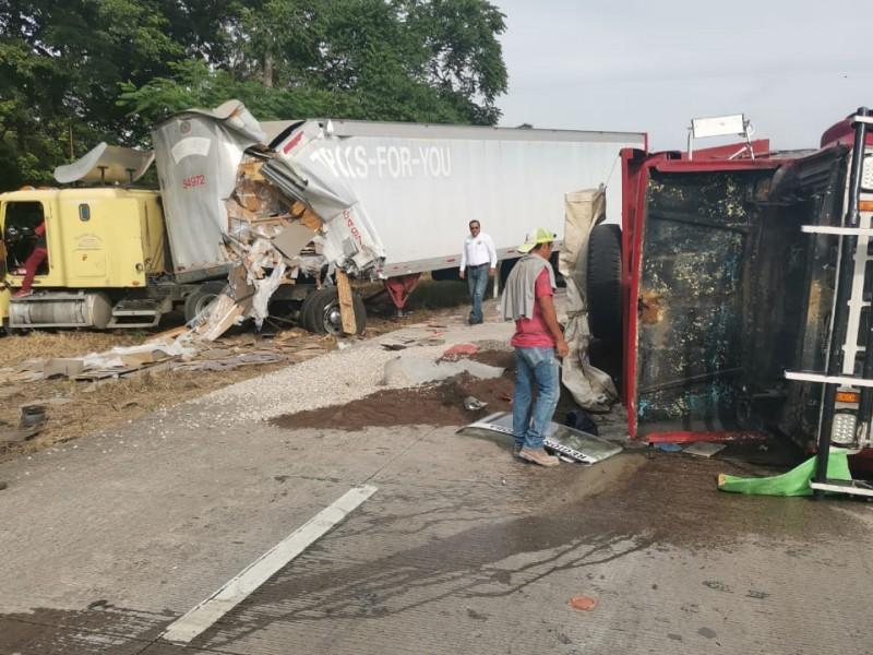 Chocan dos camiones pesados en la autopista Veracruz-Cordoba.
