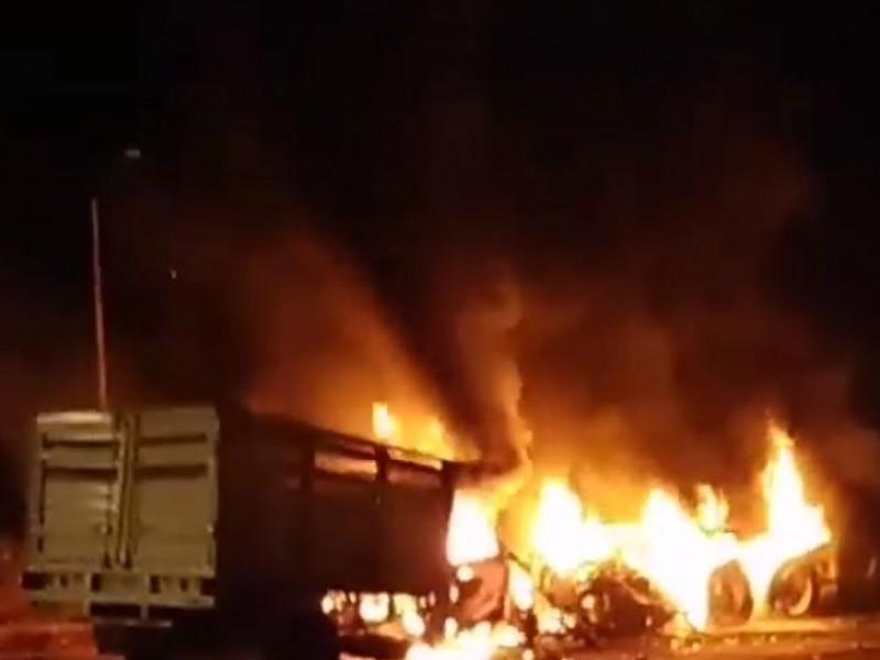 Chocan tráiler y camioneta de frente en Paso de Ovejas.