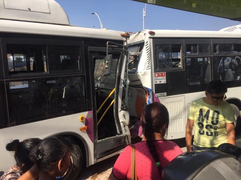 Chocan unidades de Qrobús dejando 8 lesionados