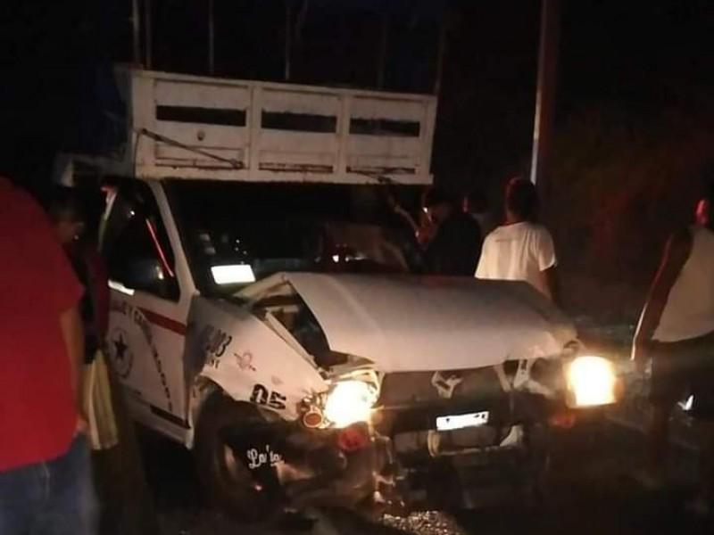 Chocan unidades del transporte público en Huazantlán, 8 lesionados