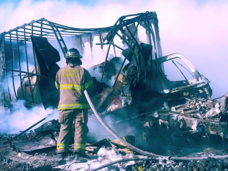 Chocan y se incendian vehículos de carga