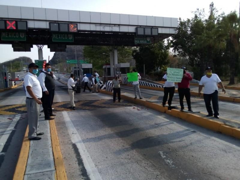 Choferes de transporte turístico toman caseta de Ecuandureo
