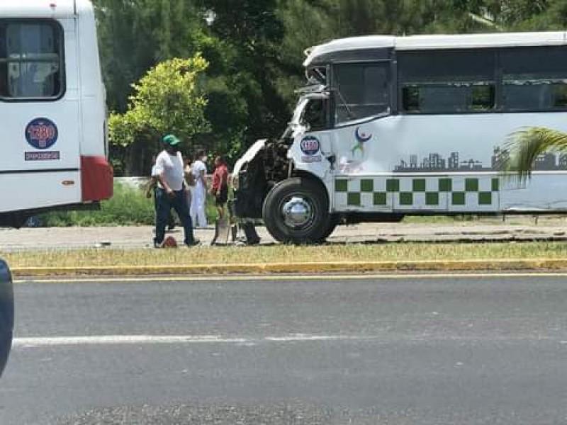 Choque de dos camiones deja varios lesionados