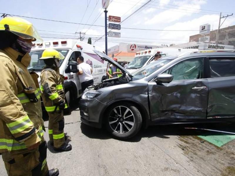 Choque entre ambulancia y particular deja dos lesionados
