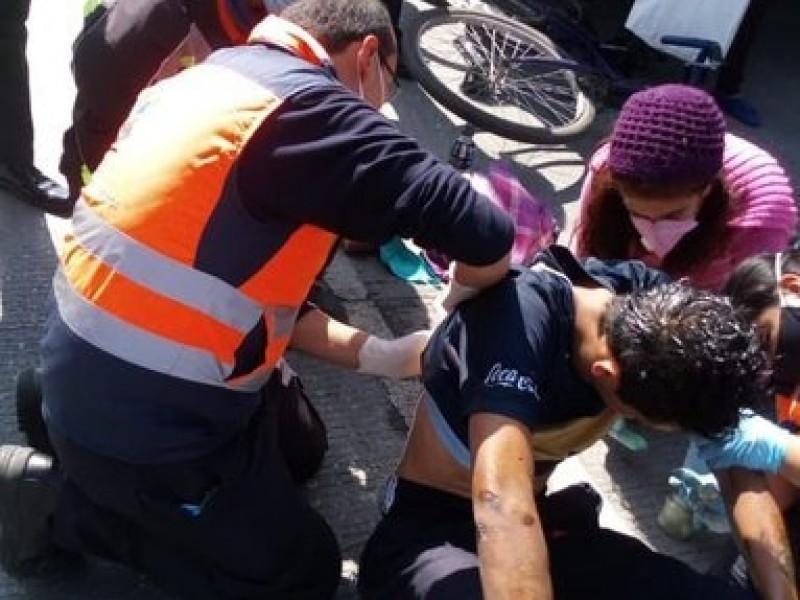 Ciclista invade carril de RUTA y la unidad lo atropella