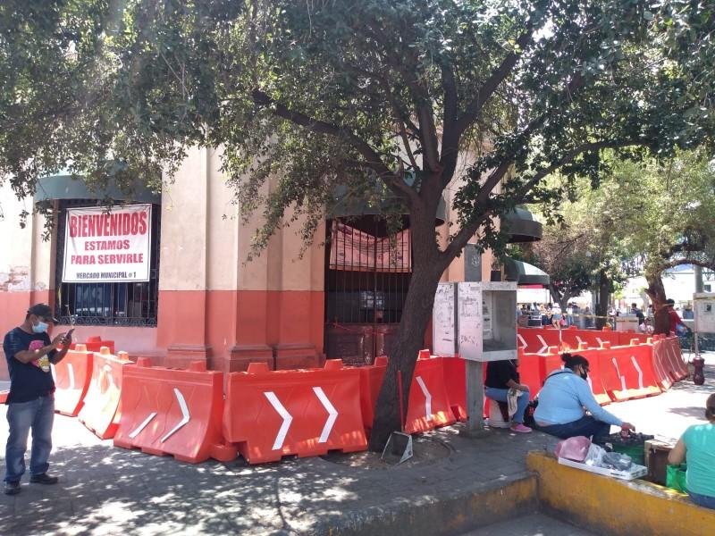 Cierran acceso en donde cayó moldura en Mercado Municipal