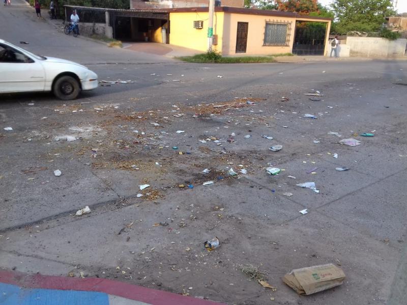 Cierran calle con basura, los carros la destrozan