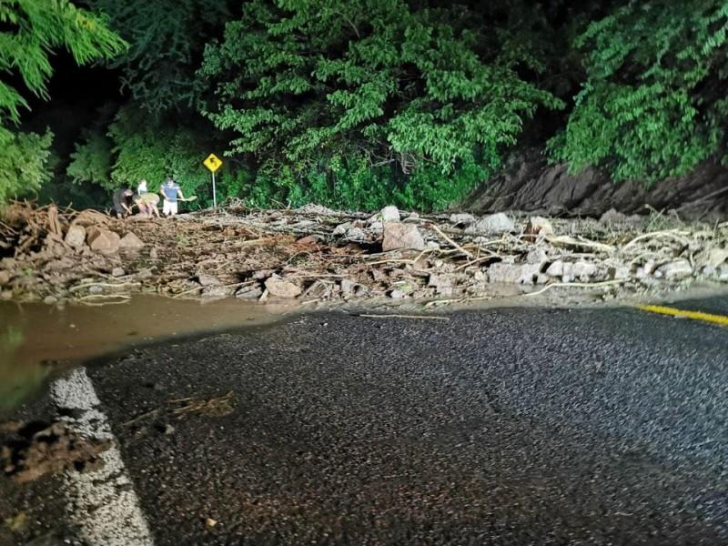 Cierran carretera 45 por deslave