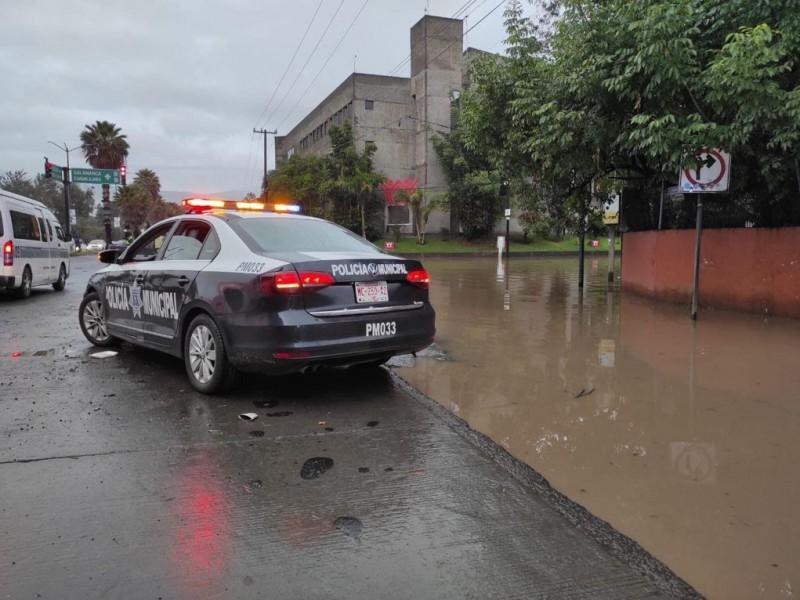 Cierran circulación en Siervo de la Nación por inundación