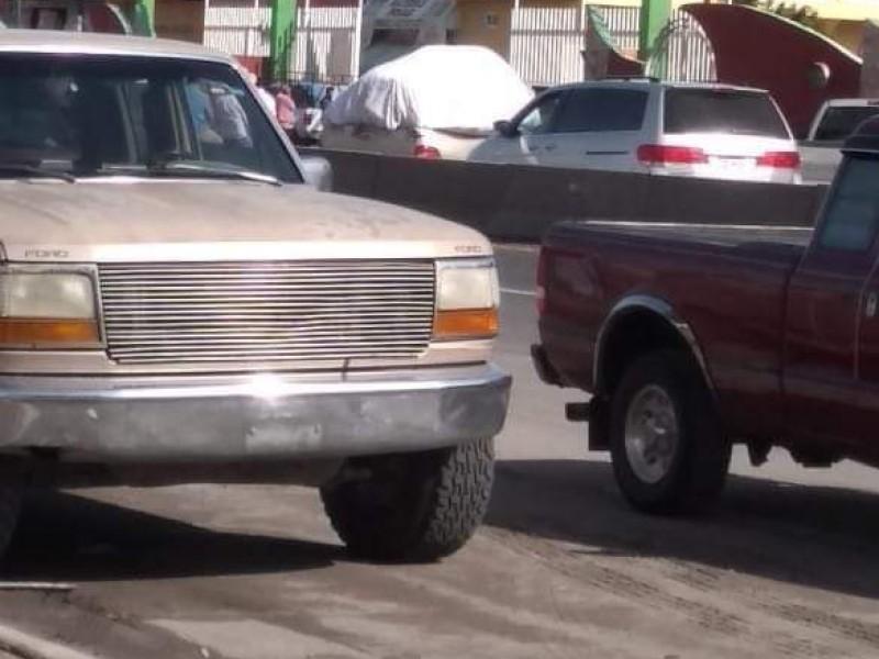 Cierran productores carretera en Central de Abastos de Huixcolotla