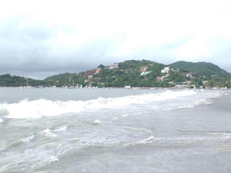 Cierran Puerto de Zihuatanejo por mar de fondo