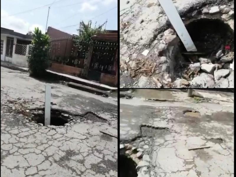 Ciudadano denuncia formación de socavón en calle Copal