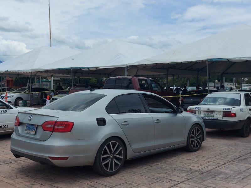 Ciudadanos acuden en carro a recibir vacuna ANTICOVID en Tepic
