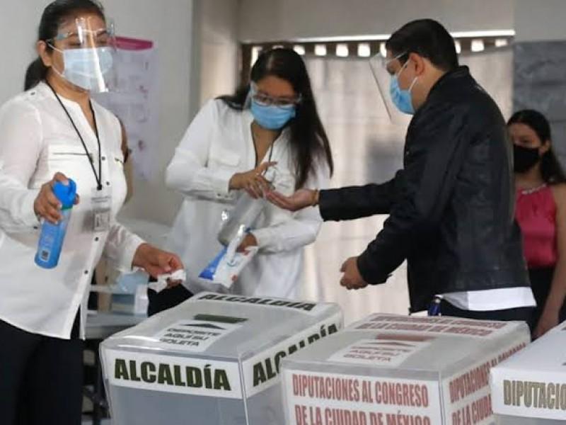 Ciudadanos defienden su derecho al voto frente al COVID-19