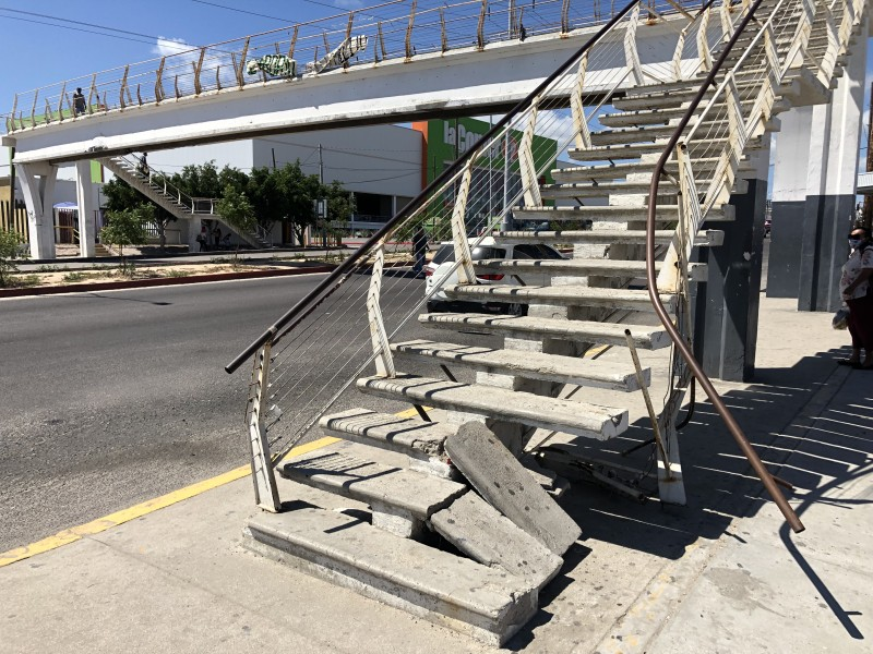Ciudadanos denuncian el mal estado de los puentes peatonales