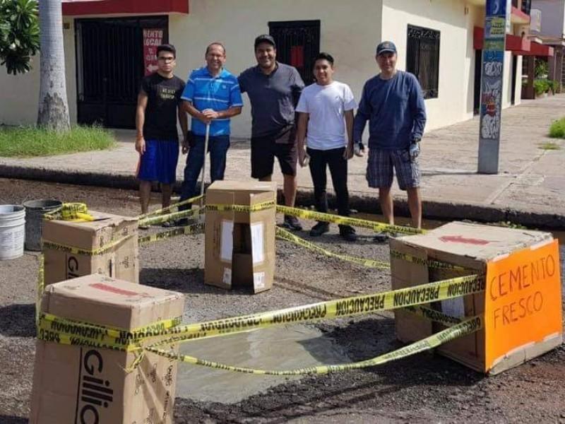 Ciudadanos hacen trabajo de bacheo en Cajeme