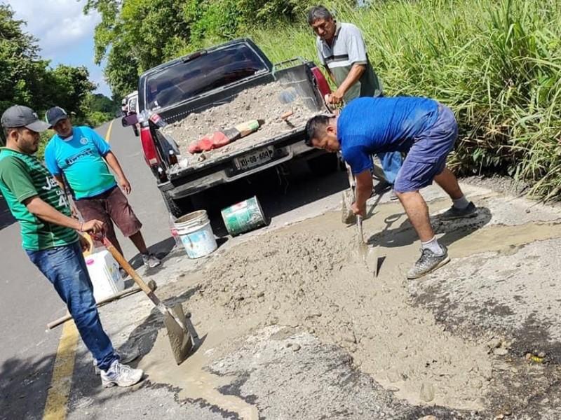 Ciudadanos rehabilitan carretera Tamiahua-Naranjos
