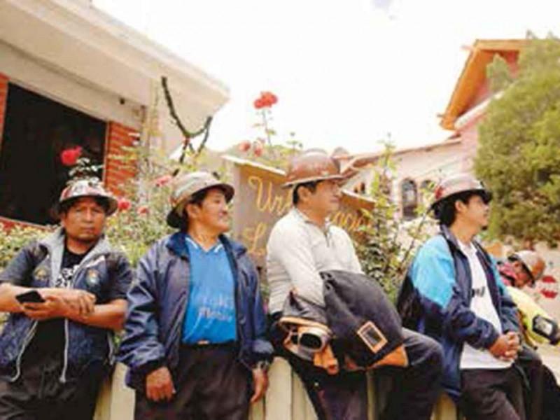 Civiles se unen a cerco en embajada