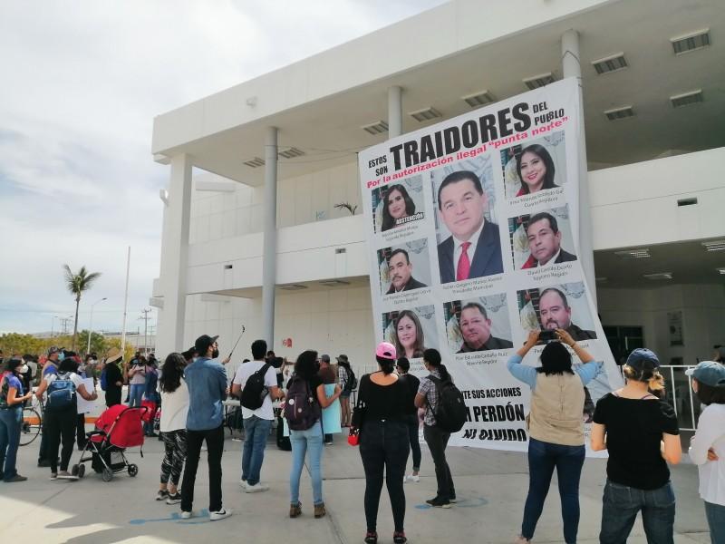 """""""Clausuran"""" el Ayuntamiento por aprobación de Misión Punta Norte"""