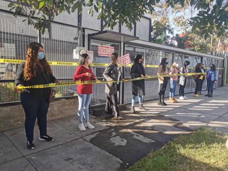 Clausuran simbólicamente Instituto Electoral en protesta por lineamientos de paridad